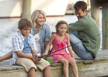 Katie (Hough), Alex (Duhamel) and the kids in SAFE HAVEN, courtesy Alliance, 2013